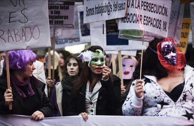 Decenas-personas-manifiestan-derechos-prostitutas_EDIIMA20140215_0310_13