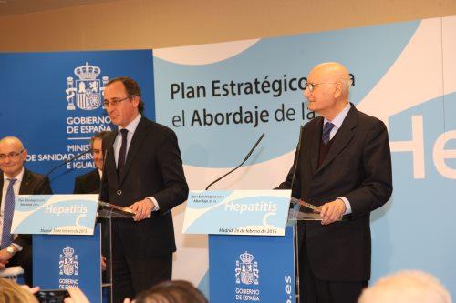 Alfonso Alonso, acompañado por el doctor Joan Rodés, durante la presentación del Plan Estratégico para el abordaje de la Hepatitis C