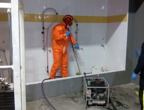 Desinfectando los trajes. Imagen: Cedida