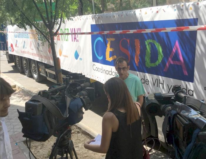 El presidente de CESIDA atendiendo a los medios de comunicación, esta mañana en Madrid ante la carroza de CESIDA.